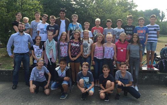 Ein fröhliches Gruppenfoto der Klasse 7e aus Norf im Sommer