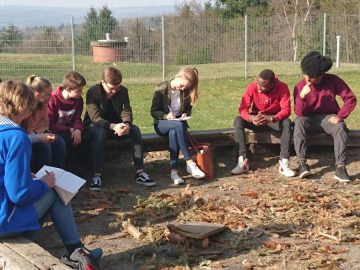 Jugendliche berichten der Zeitung vom Vernetzungstreffen